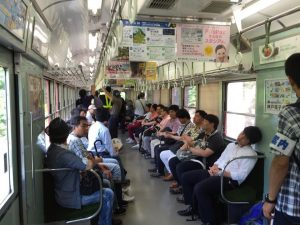 粟生駅電車車内にて